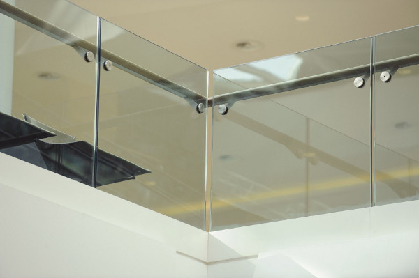 Glass balcony railing (Image Credit: Dupont)