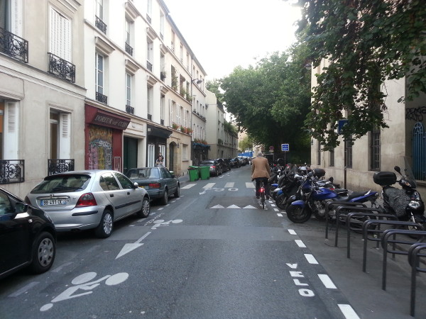 Contraflow bike lane on narrow street