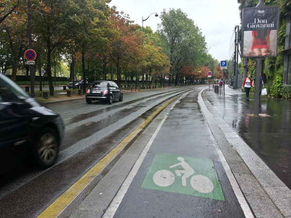Raised-curb bike lane on Quai Banly near Eiffel Tower