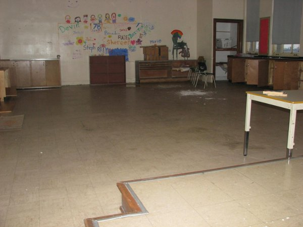 Vinyl Floor classroom in excellent shape.